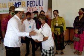 Bupati Gianyar salurkan paket sembako Kementerian PUPR