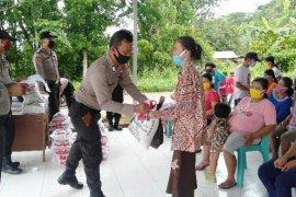 Tujuh personel Polres Nias sisihkan gaji untuk bagi sembako kepada masyarakat