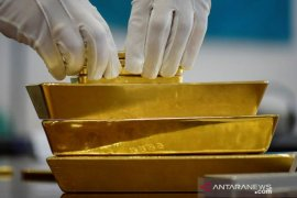 Harga emas naik, dipicu pelemahan dolar dan isu penundaan vaksin