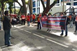 """Aksi """"May Day"""" di Sumut, para buruh terapkan social distancing"""