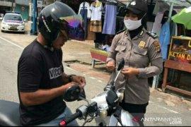Polwan Bangka Barat bagikan ratusan masker kepada pengendara motor