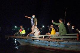 Gubernur Kalsel bagikan sembako ke warga Pulau Bromo