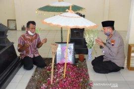 Kapolda Jateng ziarah makam ibu Jokowi setelah ditunjuk jadi Kabaintelkam