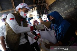 Sandiaga Uno bantu anak-anak pemulung Bantar Gebang