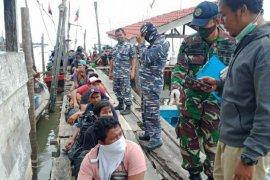 Ditelantarkan kapal, para pekerja migran ilegal asal Malaysia ini diamankan TNI AL