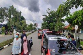 Guru Zuhdi meninggal, relawan BPK menunggu di kawasan Bandara Syamsudin Noor