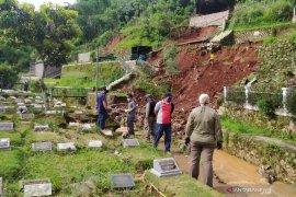 Makam longsor akibatkan jenazah hanyut ke sungai di Kota Bandung
