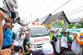 Ambulan pembawa jenazah Guru Zuhdi tiba di rumah duka