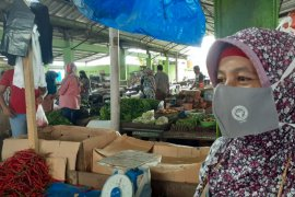 Di Pasar Bandar Buat, Semen Padang bagikan 500 masker untuk pedagang