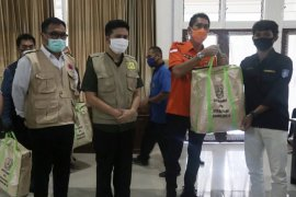 Pemprov Jatim bagikan paket bantuan kepada mahasiswa luar daerah