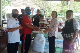 Banjar Kerta Pala Denpasar-Bali bagikan 1,5 ton beras kepada warga