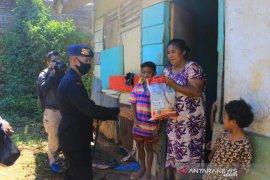 Brimob Polda Maluku bagikan kebutuhan pokok masyarakat di Ambon