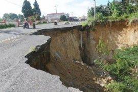 Tahunan tidak diperbaiki, longsor jalan di Raya Simalungun semakin meluas