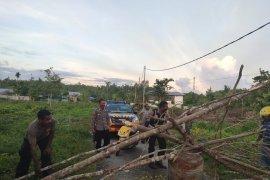 Personel Polres Biak bongkar palang jalan di wilayah kampung baru