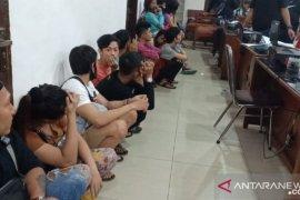 Polisi ungkap prostitusi online via MiChat di Medan, belasan orang diamankan