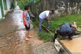 Bupati Kepulauan Tanimbar bersama warga atasi banjir di Kota Saumlaki