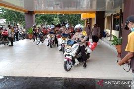 Gunakan sepeda motor, Kapolda Babel bagikan sembako kepada masyarakat kurang mampu