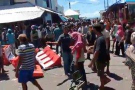 Puluhan pedagang protes pembatasan aktivitas pasar Gamalama