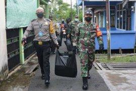 """TNI dan Polri bagikan nasi kotak secara """"door to door"""""""