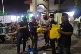 Ratusan paket sembako disalurkan untuk warga Surabaya