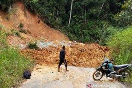 Lintas Aceh Barat-Pidie tertutup longsor tebing gunung