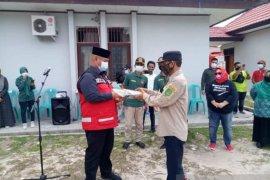 Bupati Kukar serahkan bantuan APD di Kecamatan Marang Kayu