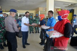 Bantuan sembako untuk pekerja harian lepas Bandara SIM