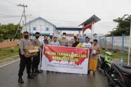 Polsek Tanimbar Selatan bagikan takjil gratis di Saumlaki