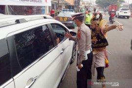 Polisi berkostum Gatotkaca awasi PSBB di Kabupaten Bogor