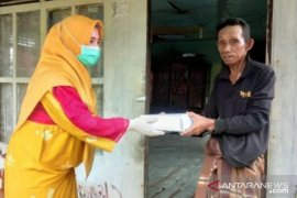 Organisasi perempuan membagikan 1.000 takjil dan sembako