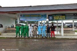 Polres Bangka Barat semprotkan disinfektan di sejumlah fasilitas umum