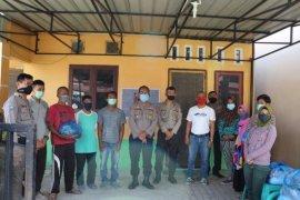 Polisi bagi sembako kepada komunitas tuna rungu