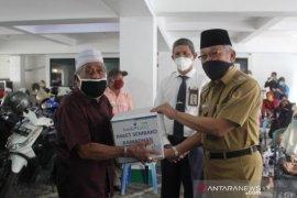 Bupati HST serahkan bantuan Bank Kalsel ke Pensiunan ASN