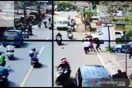 Polisi buru empat perampok modus pecah kaca mobil di Depok