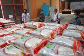 Foto - Satgas BUMN Gorontalo periksa stok beras untuk warga terdampak di gudang Bulog
