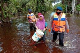 Brimob Polda Aceh evakuasi korban banjir di Aceh Selatan