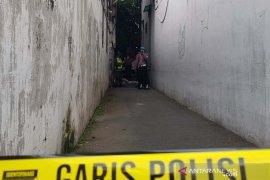 Seorang wanita ditemukan tewas di gang kecil