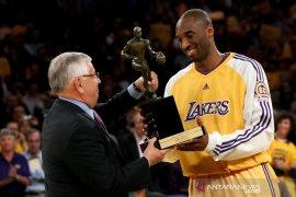 Kobe Bryant dan MVP NBA  yang dimenanginya 12 tahun lalu