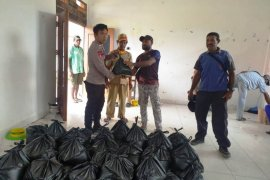 Bhabinkamtibmas pantau penyaluran beras warga di Kampung Mawes Sarmi