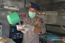 Dapur umum Brimob Polda Sumut bagikan ratusan makanan untuk supir angkot