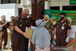 Kejari Tala bagikan 40 paket sembako kepada warga kurang mampu
