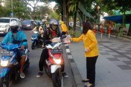 Ratusan pengendara motor di Surabaya dapat takjil-vitamin gratis
