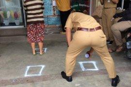 Disperindagkop UKM Tangerang buat jarak antrean di lapak pedagang