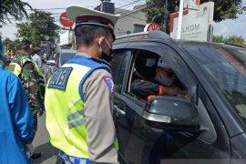 Petugas gabungan cegah kendaraan luar daerah masuk Purwakarta saat PSBB Jabar
