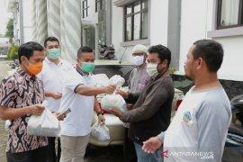 Pegawai honorer Pandeglang salurkan bantuan bagi korban terdampak COVID-19