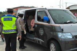 Hari kedua penerapan  PSBB Jabar petugas putar balik paksa bus dan travel gelap