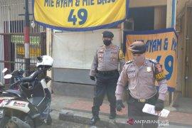 Polisi Garut tertibkan warga makan di warung mie saat PSBB