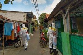 Aksi Sehat Mixagrip #Lawan Covid-19, lakukan penyemprotan disinfektan di Semanan