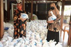 46 organisasi wanita di Jatim salurkan bantuan warga terdampak COVID-19