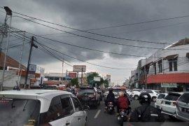 Pemkot Sukabumi tutup jalan di pusat perbelanjaan kurangi keramaian saat PSBB